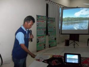 presentasi di depan tamu dari beberapa jawatan dinas dari Kalimantan Barat oleh Bpk, Agus