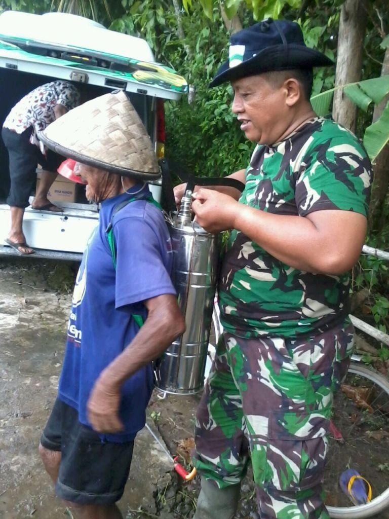 aksi Pak Tentara membantu petani